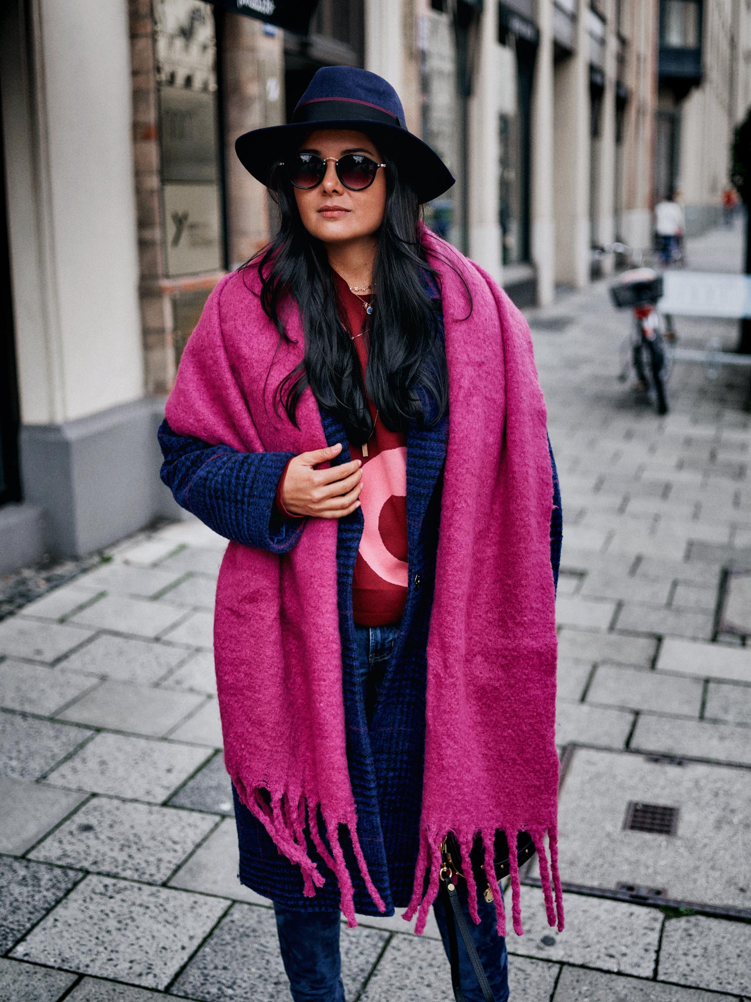 fashion-blogger-aus-muenchen-fashionblogger-lifestyleblogger-beautyblogger-fashion-blogger-modeblogger-modeblog-munich-blog-muenchen-das-traegt-die-frau-auf-dem-kopf-der-hut-trend