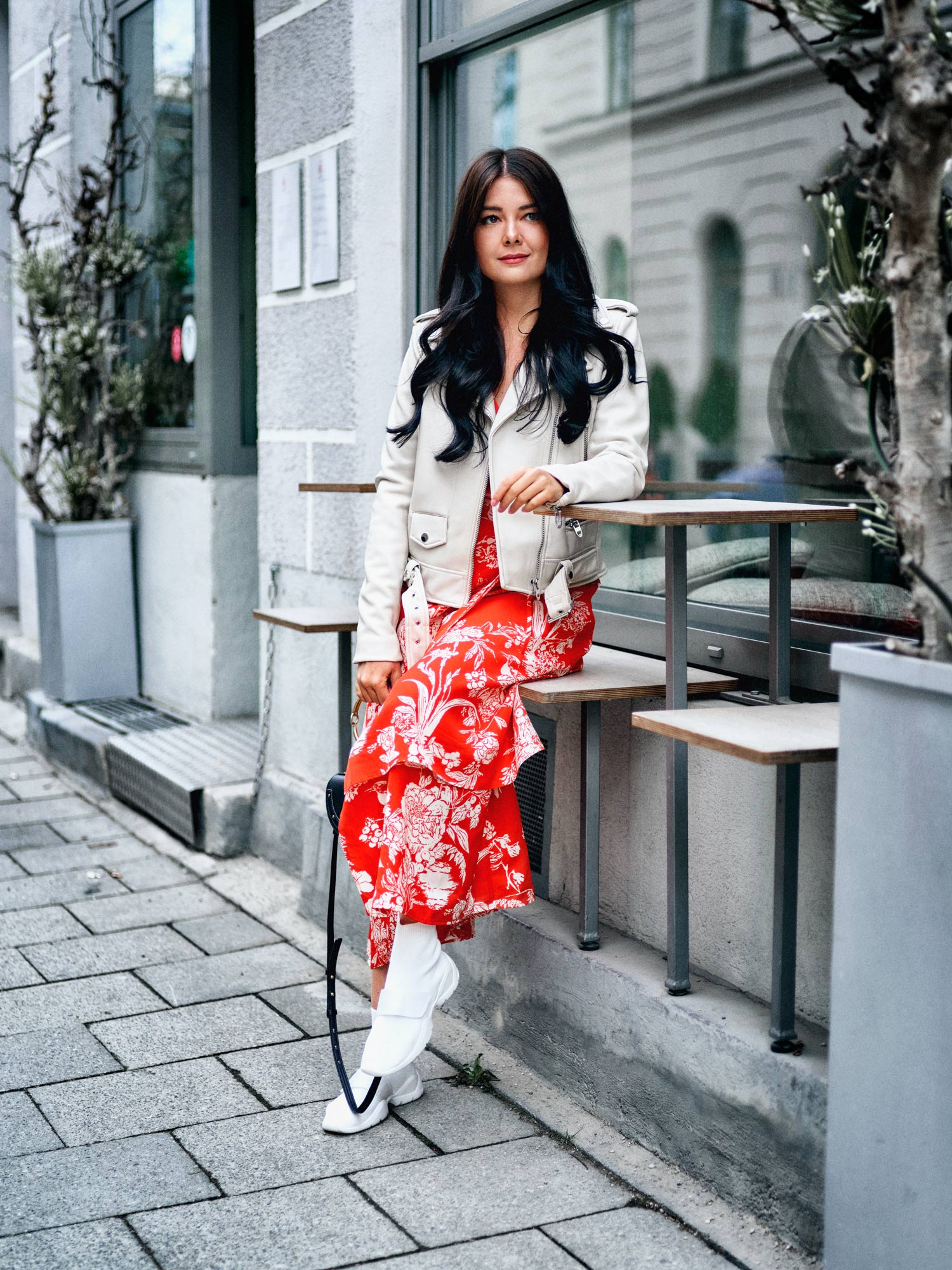 fashion-blogger-aus-muenchen-fashionblogger-lifestyleblogger-beautyblogger-fashion-blogger-modeblogger-modeblog-munich-blog-muenchen-midi-dress-mit-mesh-sneaker-ein-laessig-urbaner-look