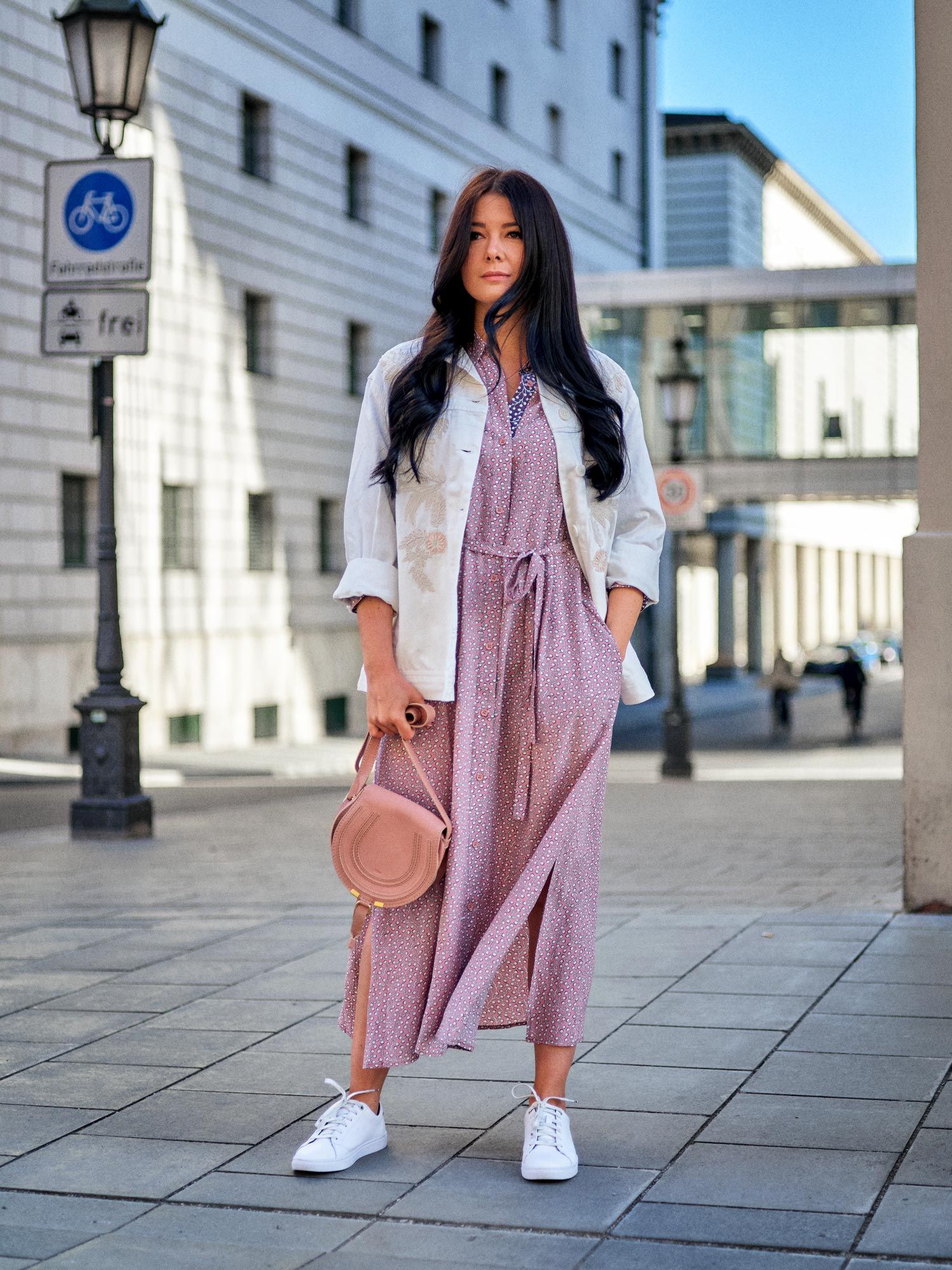 fashion-blogger-aus-muenchen-fashionblogger-lifestyleblogger-beautyblogger-fashion-blogger-modeblogger-modeblog-munich-blog-muenchen-weisse-jeansjacke-trend-so-stylt-man-sie-richtig