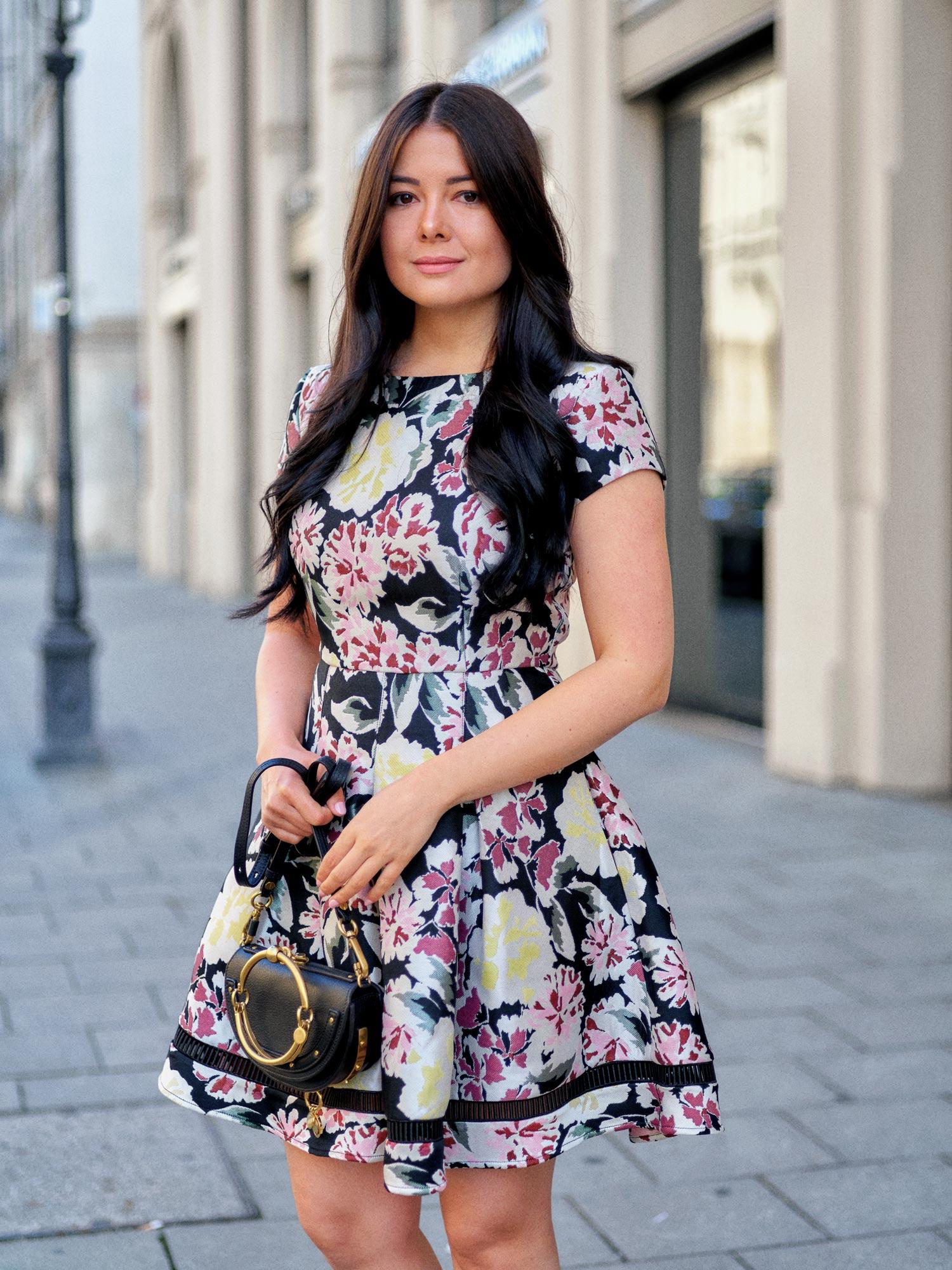 fashion-blogger-aus-muenchen-fashionblogger-lifestyleblogger-beautyblogger-fashion-blogger-modeblogger-modeblog-munich-blog-muenchen-feminine-kleider-blumenmuster